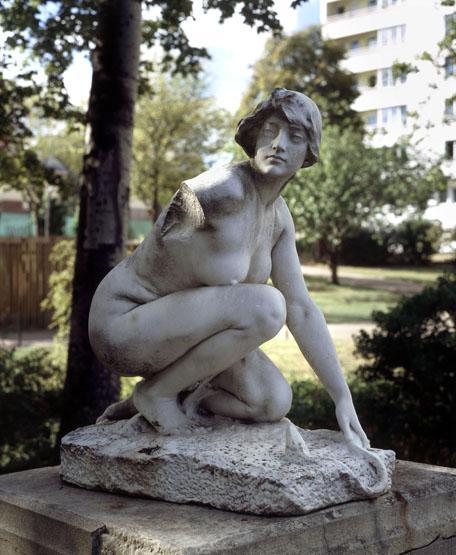 Statue : la femme accroupie