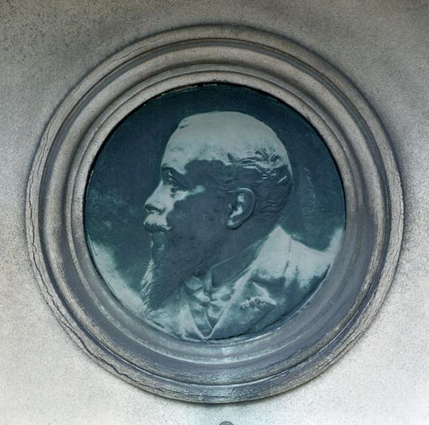 bas-relief : médaillon du portrait de A. Sidney Dunnet