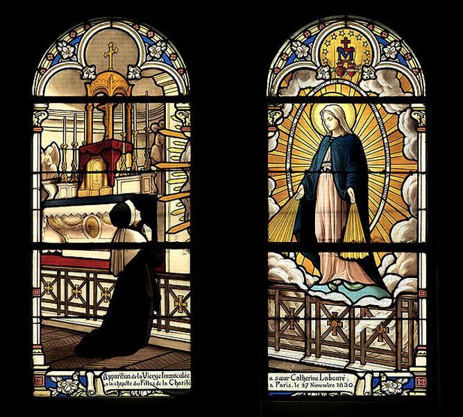 11 verrières historiées : apparitions, guérisons, enfance de Bernadette Soubirous, Sainte Thérèse de Lisieux, couronnement du roi Charles VII (baies 7, 9, 13, 15, 17 et 8 à 18)