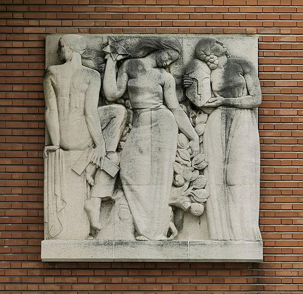 Bas-relief 1 'les trois enseignements, le classique, le technique et le moderne'