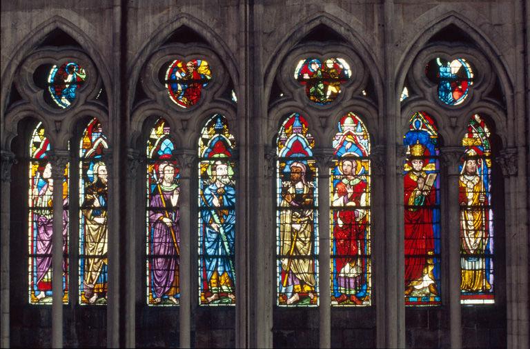 verrière : baie n°108, saints Matthieu, Jacques le Mineur, Taddée, Simon, Mathias, Etienne, Grégoire le Grand, Athanase