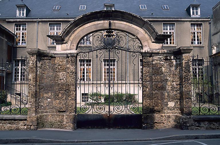 hôtel : maison Biston ; collège, actuellement école primaire du Docteur Verron