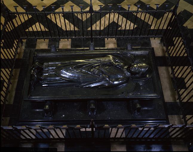 plate-tombe de l'évêque Geffroy d'Eu