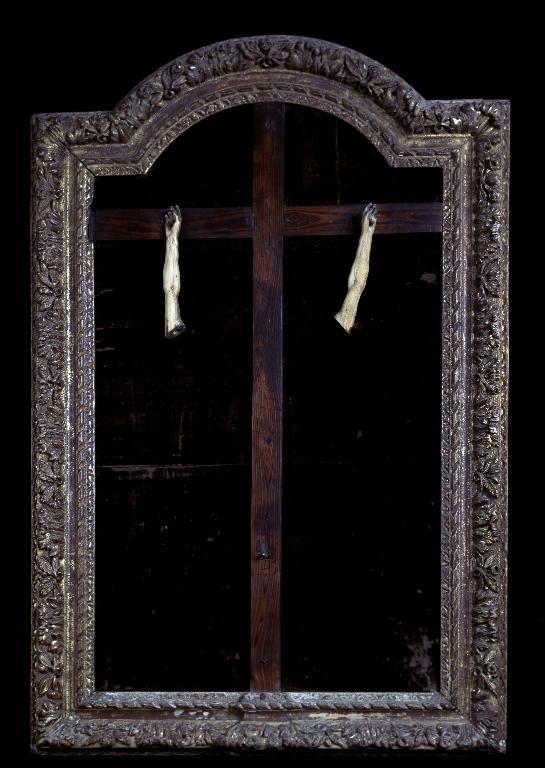 Croix encadrée, partiellement volée (n° 2)