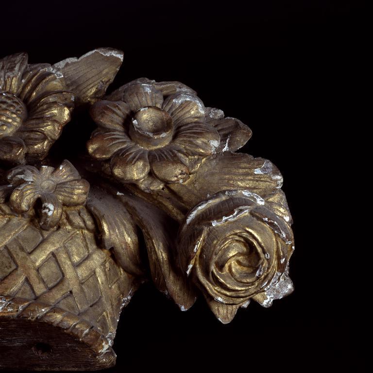 Élément de décor en haut-relief : corbeille de fleurs