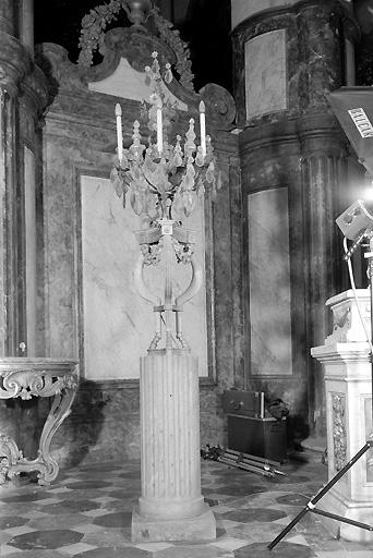 Paire de guéridons porte-luminaire en athénienne et paire de candélabres