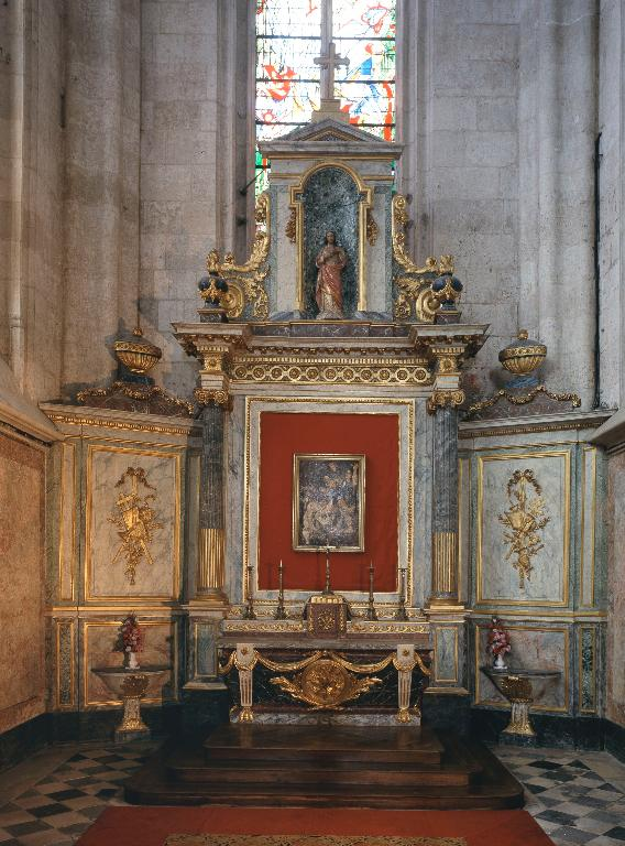 Ensemble de l'autel secondaire de la chapelle du Sacré-Cœur (autel, tabernacle, retable, lambris de hauteur, paire de crédences)