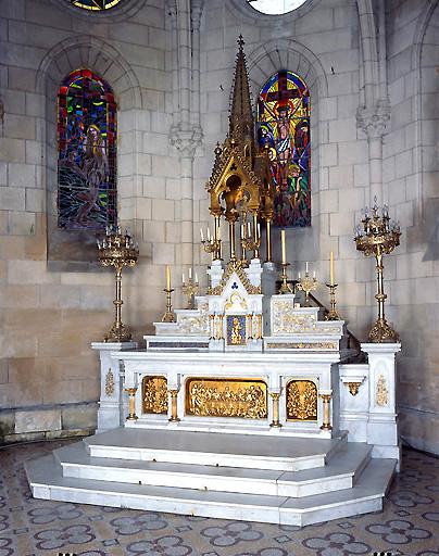 ensemble du maître-autel, de style néo-gothique : autel, gradins d'autel, tabernacle à dais d'exposition, croix d'autel, 6 chandeliers d'autel, 2 chandeliers de choeur
