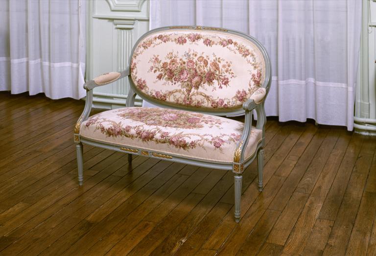 Ensemble de 5 fauteuils en cabriolet et d'un canapé, de style Louis XVI