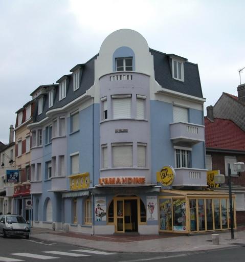 hôtel de voyageurs dit Hôtel des Baigneurs, puis Les Beaux Jours, actuellement immeuble à logements avec partie commerciale au rez-de-chaussée dit L'Amandine