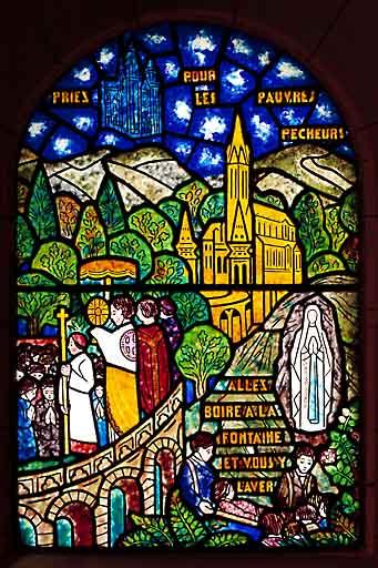 verrière, baie 3 : Apparition de la Vierge à Lourdes