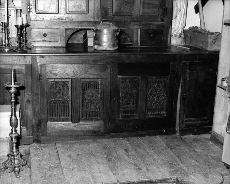 Éléments de meuble de sacristie de style gothique