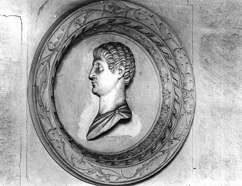 12 demi-reliefs, 4 hauts-reliefs : têtes d'empereurs romains, Alexandre le Grand