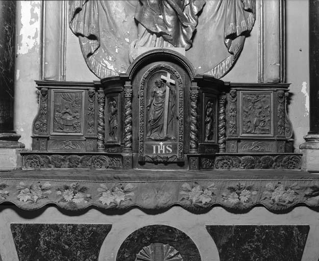 Ensemble du maître-autel (retable, haut-relief, tabernacle, gradin d'autel, 3 degrés d'autel) : Glorification de la Vierge, Christ tenant la Croix, Sacrifice d'Isaac, Pèlerins d'Emmaüs
