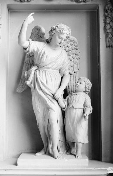 Statue : Ange gardien tenant un enfant par la main