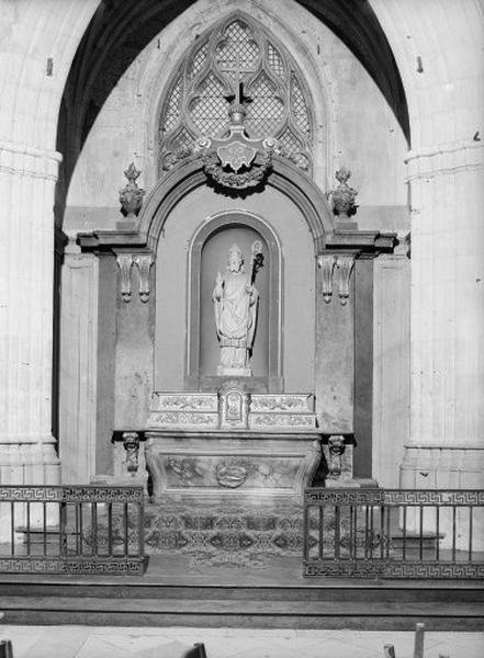 ensemble de l'autel, du retable et du lambris de hauteur, du tabernacle et des 2 gradins d'autel, de la clôture de chapelle de la chapelle Saint Solenne