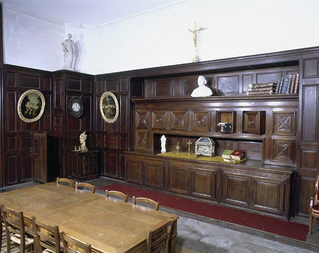 Ensemble de la sacristie : lambris de revêtement, chapier, armoire aux vases sacrés, armoire à bannières, commode de sacristie, armoire aux saintes huiles