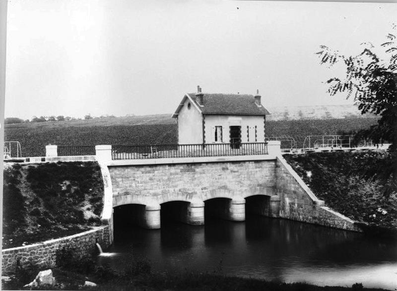 Pont canal sur la Trézée (canal latéral à la Loire)