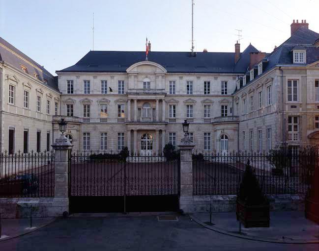 Prieuré Notre-Dame de Bonne-Nouvelle, actuellement préfecture de la région Centre et du Loiret
