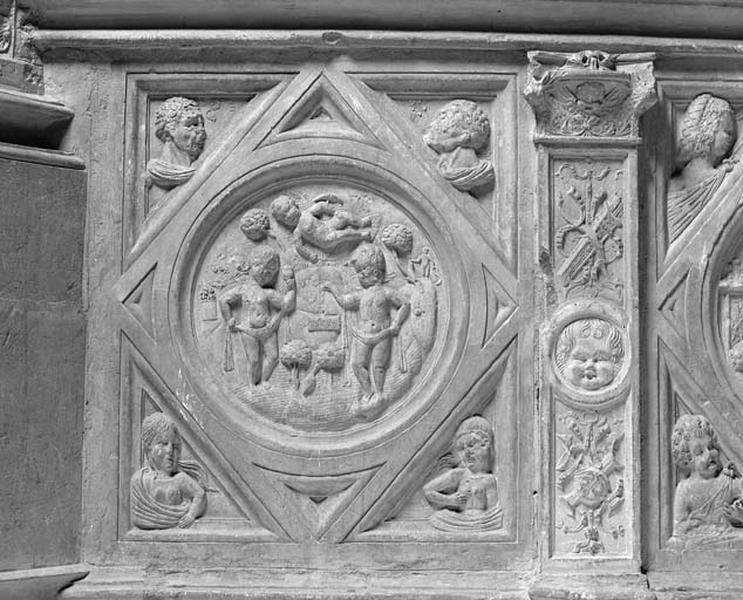 Médaillon : petits personnages mythologiques