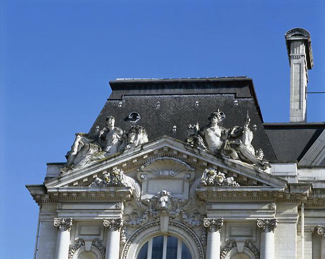 4 statues : éducation et la vigilance (l'), force et le courage (la), éducation et la vigilance (l')
