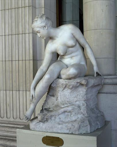Statue : baigneuse