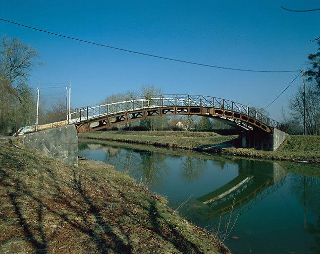 Passerelle parabolique (canal latéral à la Loire)