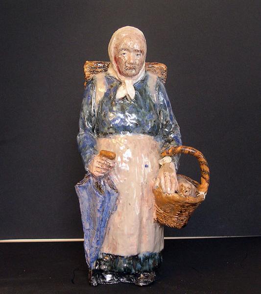 statuette : maraîchère portant une hotte