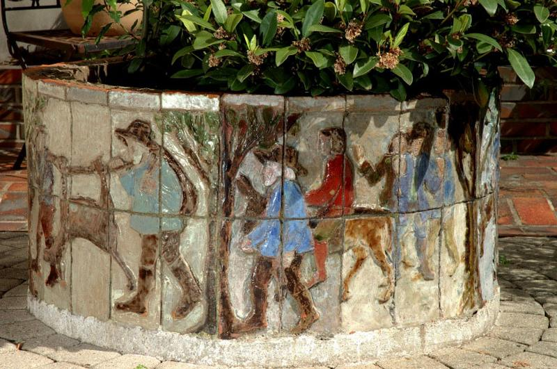 revêtement mural d'un puits : Le meunier, son fils et l'âne ; jeux d'enfants