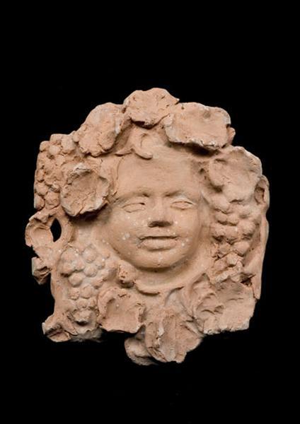 bas-relief : tête de Bacchus enfant