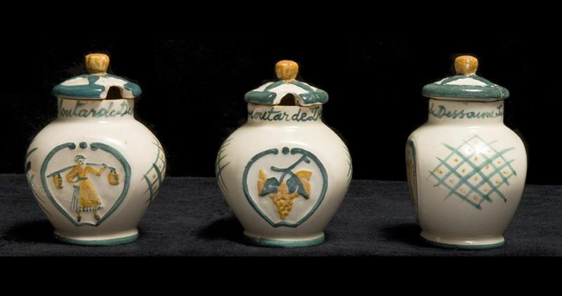 ensemble de 3 moutardiers, modèle 1830 : porteuse de seaux et décor de vigne