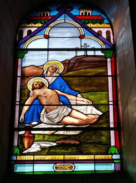 Verrière représentant la Vierge de Pitié