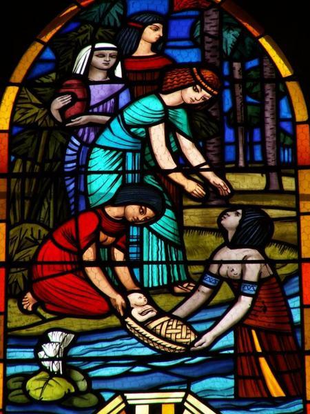 Verrière représentant Moïse sauvé des eaux, le Passage de la Mer Rouge, et Moïse recevant les tables de la Loi