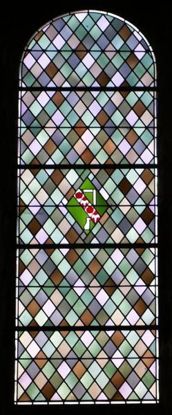Verrière ornementale aux armes de Cécile Bruyère, abbesse de Solesmes