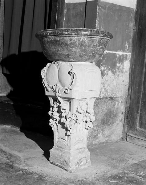 Fonts baptismaux, bénitier (de milieu)