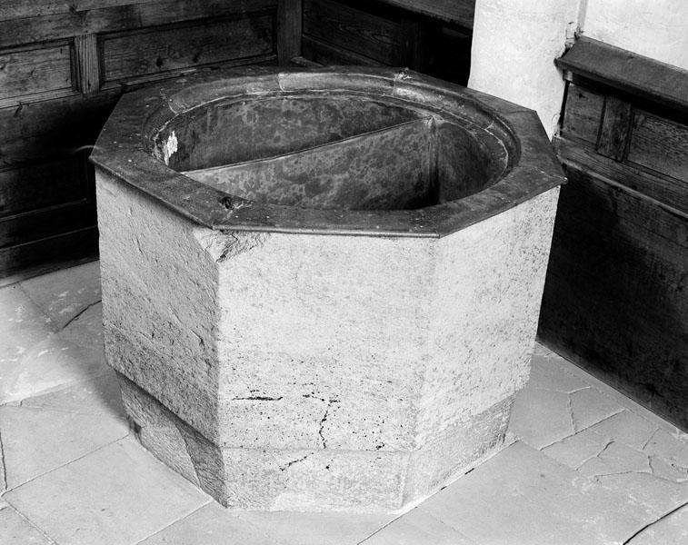 Fonts baptismaux (cuve baptismale à immersion verticale)