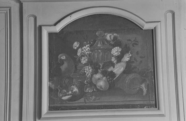 Ensemble de trois tableaux en dessus-de-porte : nature morte au perroquet et bouquets de fleurs