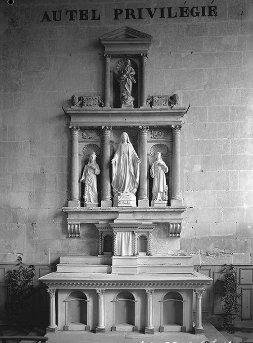 Autel, retable (autel tombeau, tabernacle à ailes, retable architecturé à niche)