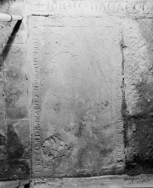 Dalle funéraire : de Guillemette de Chassagne