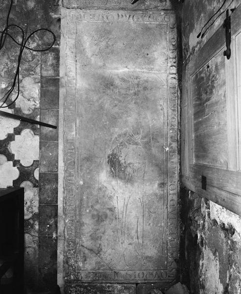 Dalle funéraire : d'_HUGUETTE de Marigny