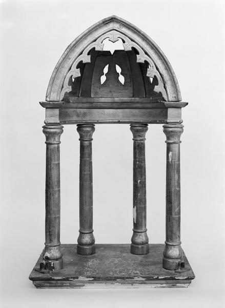 Exposition (dais d'exposition), style néo-gothique