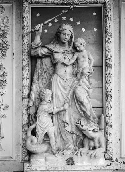 Groupe sculpté (grandeur nature) : Vierge à l'Enfant écrasant un dragon