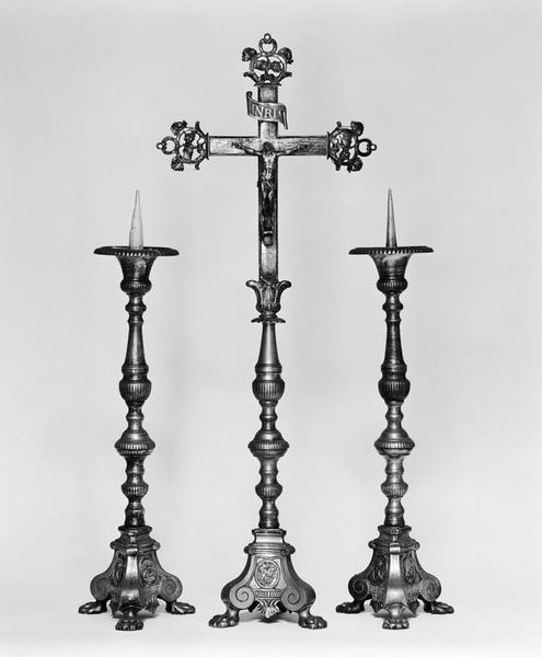 Parement d'autel, croix d'autel, 4 chandeliers d'autel
