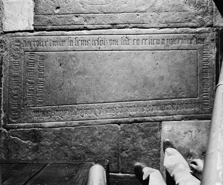 Dalle funéraire (au sol) (2)