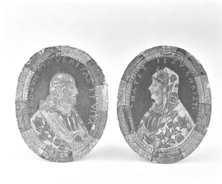 Deux médaillons en relief : Le Christ et la Vierge
