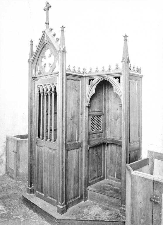 Ensemble de mobilier néo-gothique : chaire à prêcher, confessionnal et fonts baptismaux