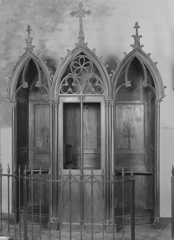 Confessionnal de style néo-gothique