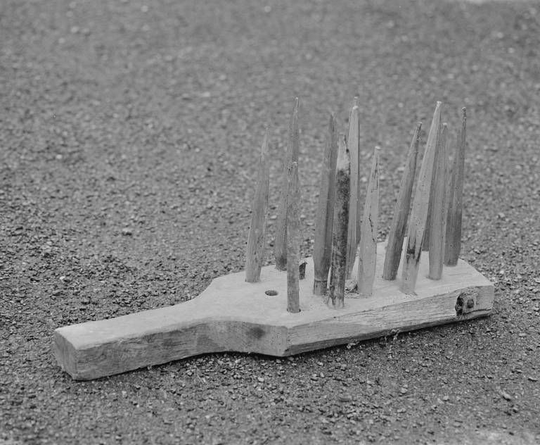 Outil de couvreur en chaume : peigne à paille de seigle