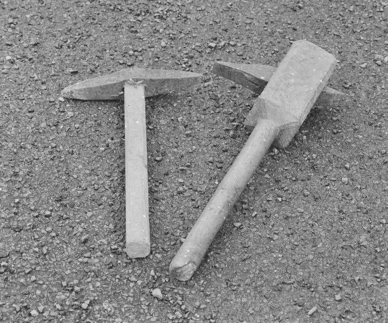Outils de meunier : deux marteaux à rhabiller les meules