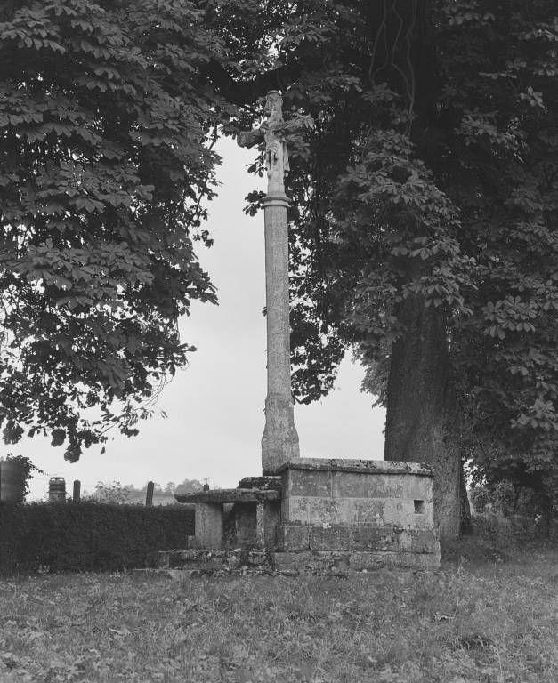 Croix monumentale avec reposoir et chaire à prêcher